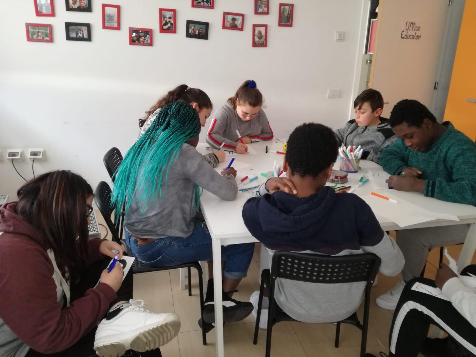 ragazzi-adolescenti-studiano ad un tavolo CEM Borgomanero Vedogiovane scs